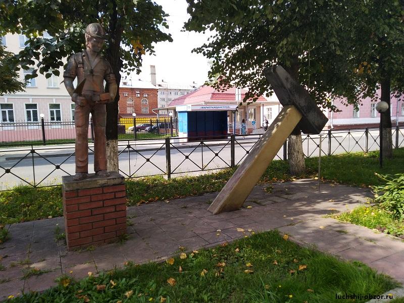 Фотография памятника молотку в Йошкар-Оле